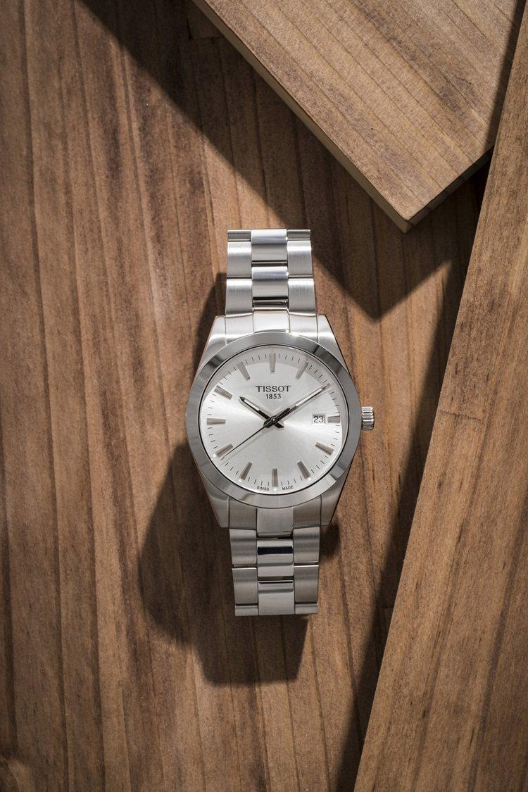 天梭表Gentleman紳士系列腕表,銀色表盤搭配不鏽鋼表殼、表鍊,搭載石英機芯...