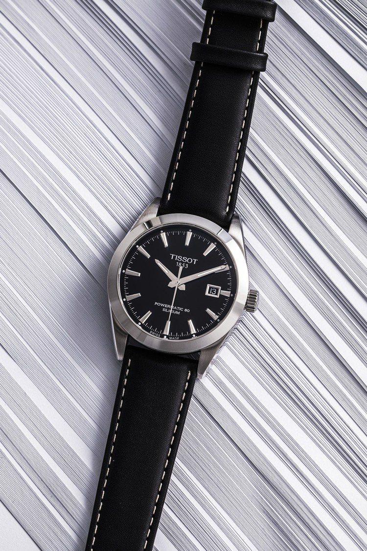 天梭表Gentleman紳士系列腕表,黑色表盤搭配不鏽鋼表殼、皮表帶,搭載POW...