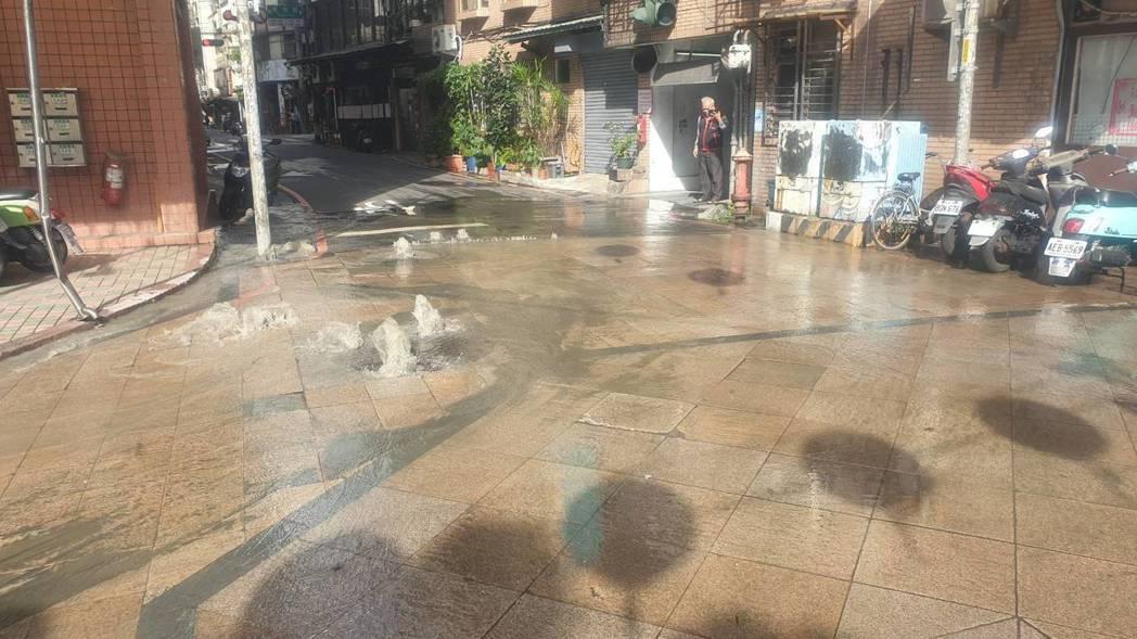 新北市新莊區福海街與新莊路口昨天上午11點發生自來水管漏水,自來水公司原本評估不...