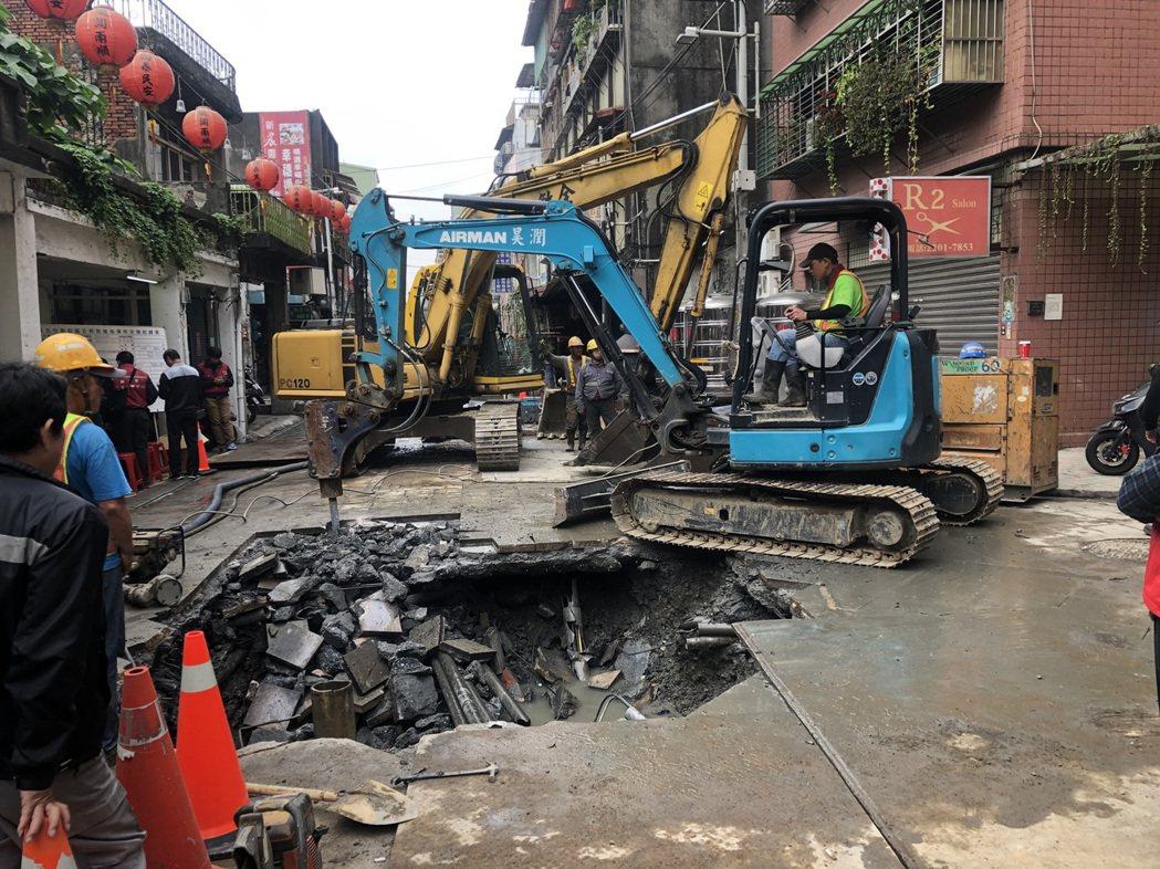 工務局表示,目前市府團隊及自來水公司仍持續開挖尋找漏水點中,將視搶修狀況決定恢復...