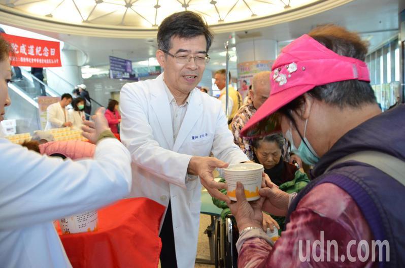 桃園醫院院長徐永年和社工們將熱騰騰的臘八粥送到來院就診民眾的手上。記者鄭國樑/攝影