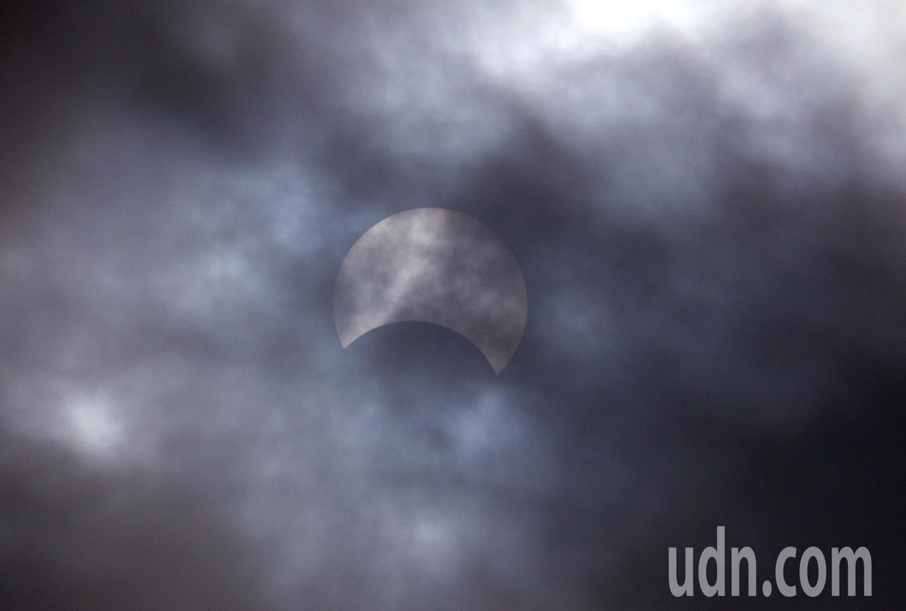 台灣地區今天中午12時33分起發生「日偏食」天文奇景。記者陳易辰/攝影
