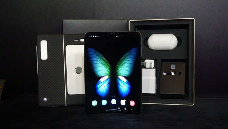 Galaxy Fold搭載7.3时內摺疊無邊際柔性螢幕,內外共搭載無攝限六鏡頭。...