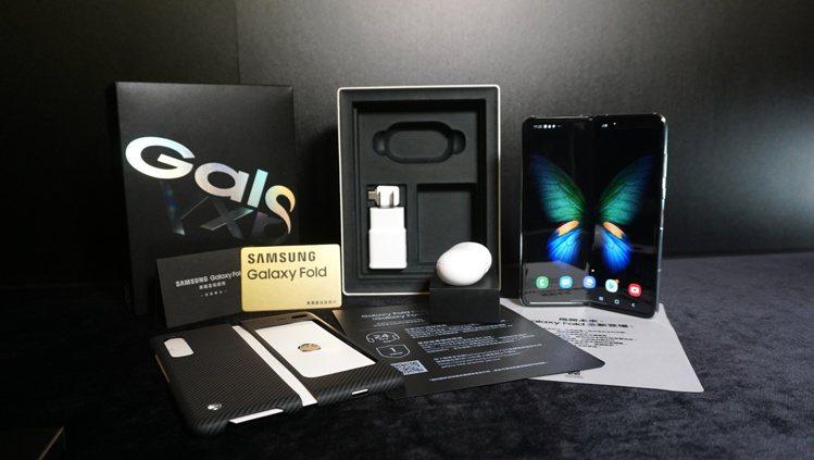 三星Galaxy Fold將推出鈦空銀、星際黑兩款顏色,單機建議售價68,888...