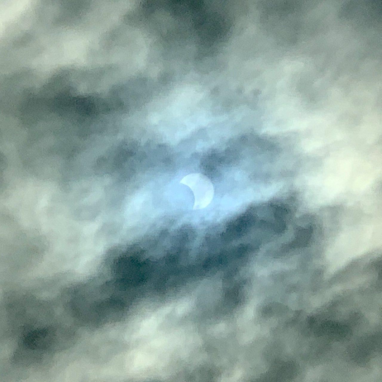今天台中天氣晴朗,市區各地都能看到清楚日偏食影像。記者喻文玟/攝影