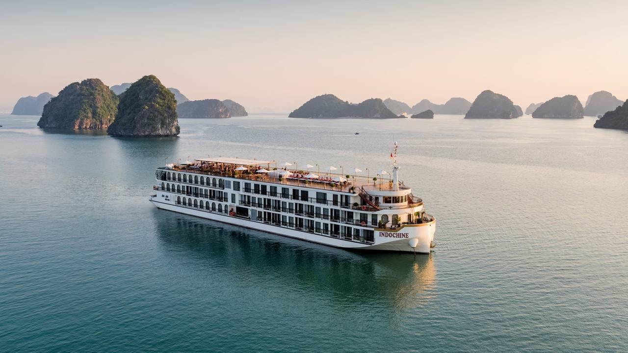 愈難旅遊愈來愈夯,下龍灣是國人前往旅遊的熱門景點,印度支那號郵輪─造價不斐,外觀...