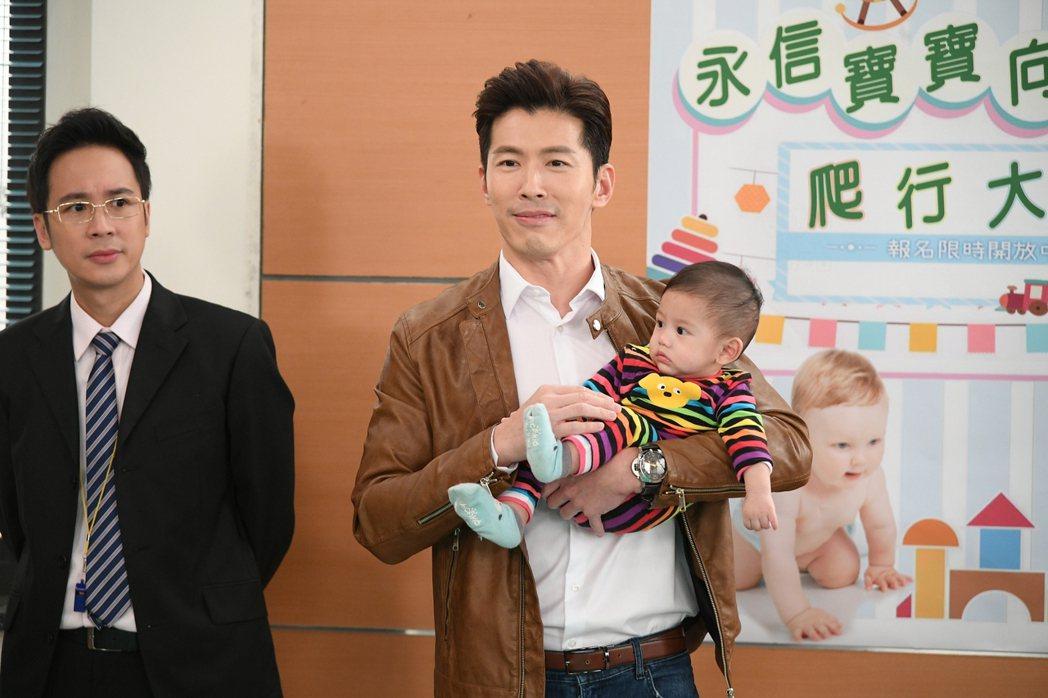 三立台八「炮仔聲」跟緊時事,韓國瑜抱女嬰事件也成為劇情,由黃少祺詮釋笑翻人。 圖...