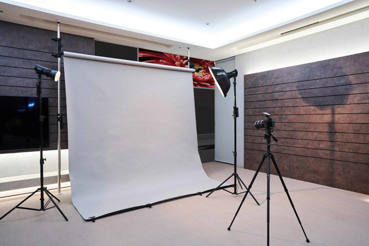 店內規劃全台首創的專屬Studio空間,除了可靈活模擬攝影棚運用,也將針對不同消...
