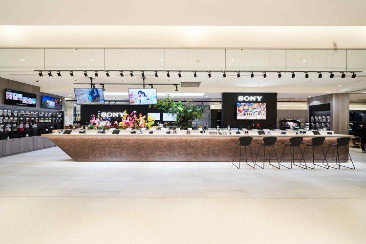 Sony Store遠百信義直營店提供Sony全系列數位相機及鏡頭展示吧檯,採用...