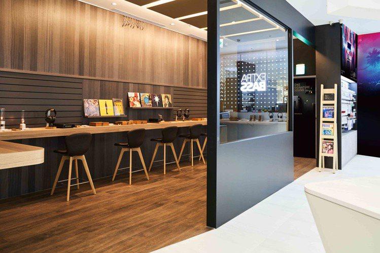 店內特別開闢了寬敞靜謐的獨立空間,讓樂迷能坐下來細細品鑑Sony高階音響及耳機產...