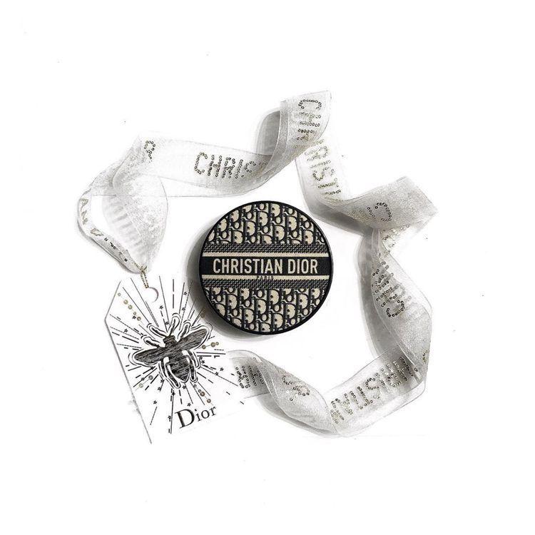 DIOR迪奧超完美柔霧光氣墊粉餅-經典緹花版/2,500元。圖/摘自IG