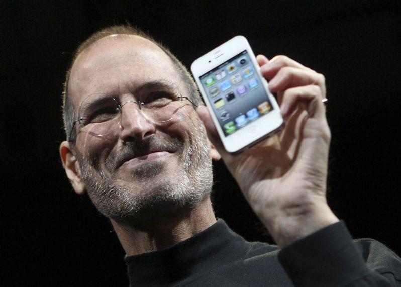 前蘋果公司執行長賈伯斯2010年展示iPhone 4。過去十年來,智慧手機已給這個世界帶來重大的改變。路透