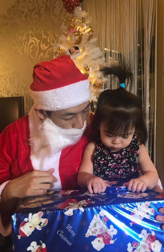 藍鈞天扮聖誕老公公沒想到卻被女兒一眼看穿。圖/故事工廠提供
