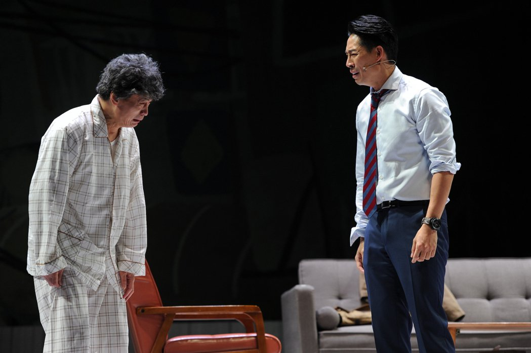 李天柱(左)、藍鈞天在舞台劇「小兒子」中,「父子」對手戲演得聲淚俱下。圖/故事工...