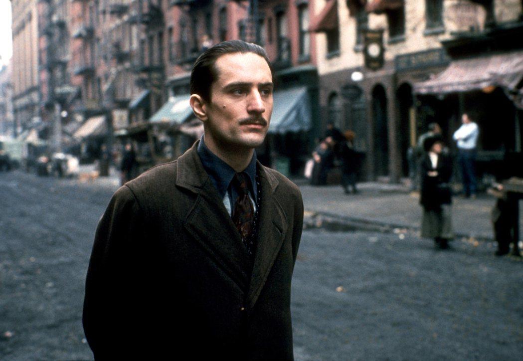 《教父II》勞勃狄尼洛飾演年輕的教父維托。捷傑提供