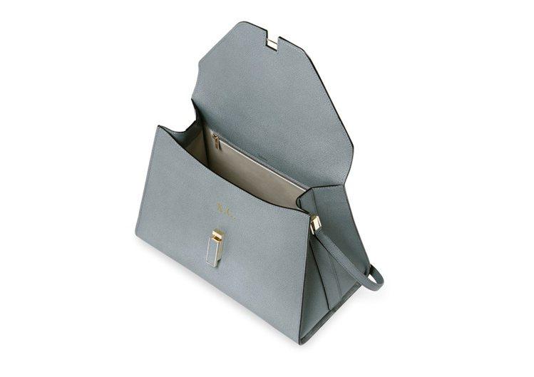 Valextra客製化壓印於Iside手提包的包身前側。圖/ART HAUS提供