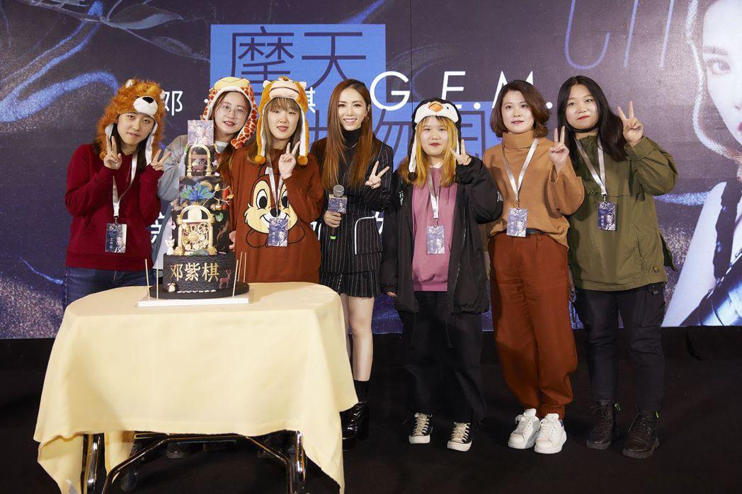 鄧紫棋(中)舉辦發片記者會,歌迷扮裝到場支持。圖/索尼提供