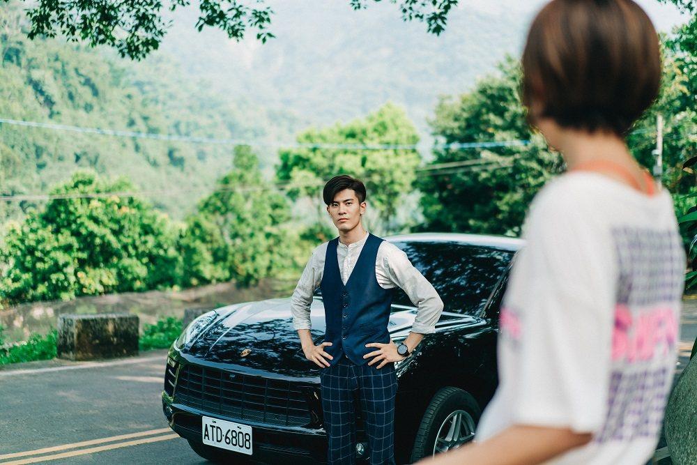 吳承洋在劇中飾演高富帥,只要出場就有名車代步。圖/客台提供