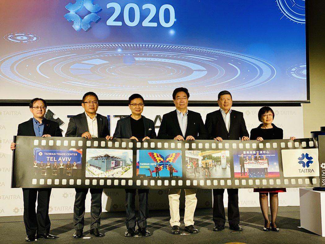 貿協今年新年度工作說明會上,經營團隊誓師。出席者包括副秘書長王熙蒙(左起)、副董...