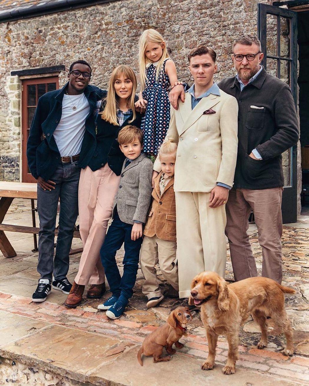 蓋瑞奇(右起)把兒子洛可、黑人養子大衛都找到英國一起過耶誕。圖/摘自Instag