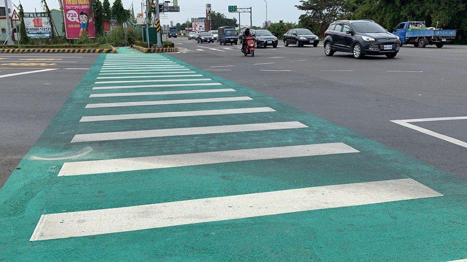 公路總局第五工程處新化工務段在台南新化外環道與台20省道路口,試辦抗滑係數高的「綠色斑馬線」,令駕駛覺得很新奇。記者吳淑玲/攝影