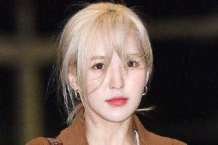 南韓女團Red Velvet昨天參加「SBS歌謠大戰」彩排時,團員Wendy發生從2.5公尺高的舞台摔下意外,造成她右骨盆、手腕骨折、右顴骨骨裂,全身多處挫傷,需要療養好幾個月,SBS第一時間只發出...