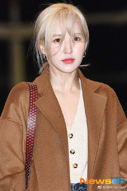 Red Velvet團員Wendy昨天彩排從舞台摔下受傷。圖/摘自微博