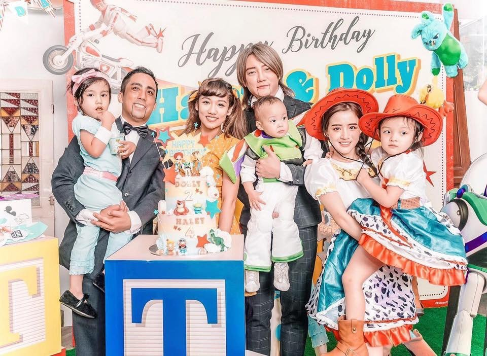 花苞(右起)、花花、阿沁抱朵朵與黑莉的爸媽。圖/UTS KID MUSIC提供