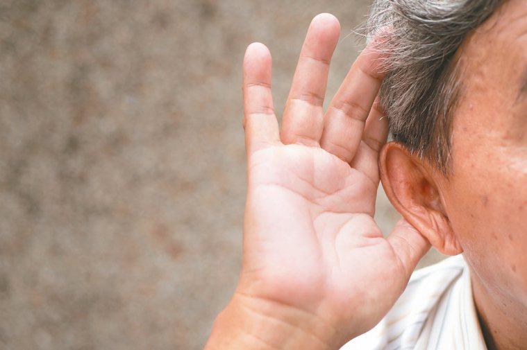 老年人聽力退化或重聽,應找出聽損原因,積極治療。 圖/123RF