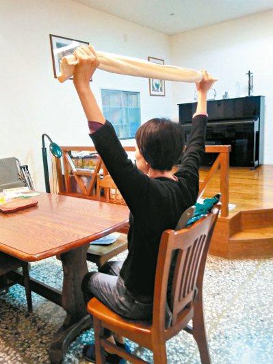 家中書桌、餐桌、窗台、廚房,多處備有毛巾,隨時做毛巾操,藉助和毛巾的「拉拉扯扯」...