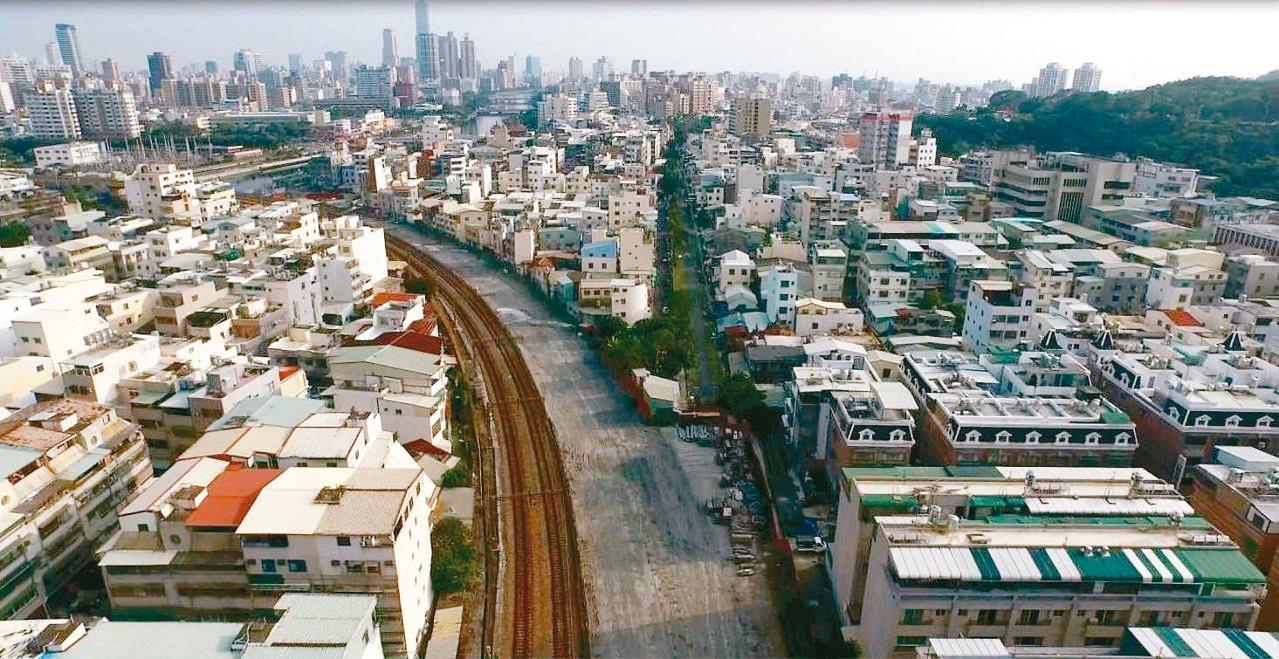 高雄市政府都發局宣布明年1月啟動3項容積檢討計畫,火車站周邊、鐵路地下化兩側逾6...