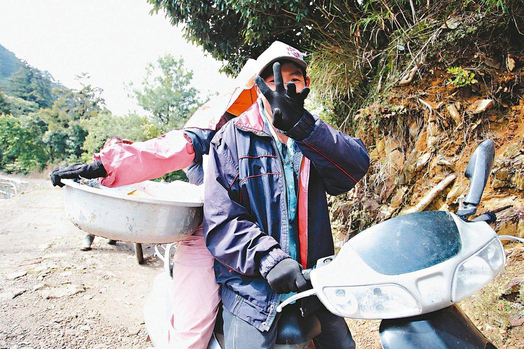 阿成在越南河靜老家時的專長是修電器。來到台灣後,他被分配到一家燒玻璃工廠,眼看可...