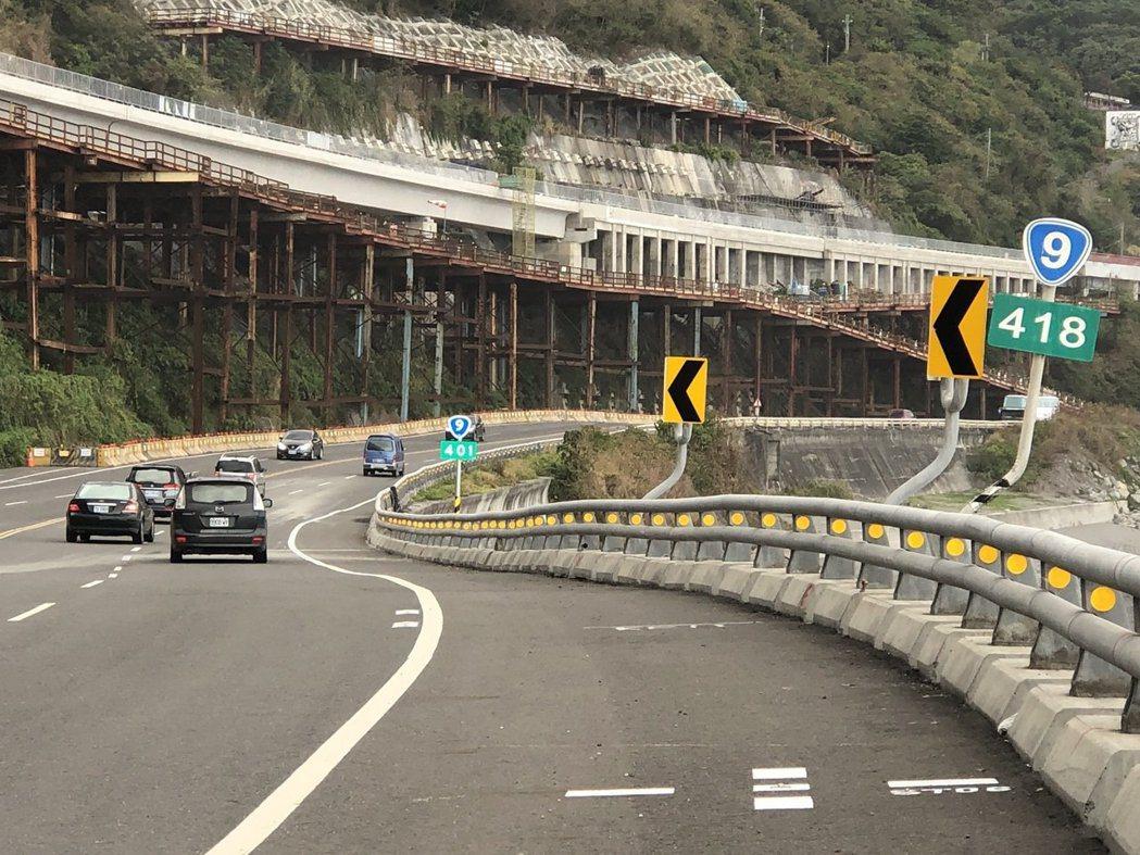 南迴公路近日更新里程牌,路旁里程牌不僅多了1支,里程數字也不同,加減差了17公里...