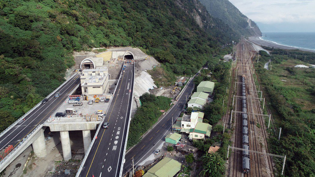 蘇花公路改善工程,B段從南澳到和平,出谷風隧道後(圖左),在漢本地區採高架道方式...