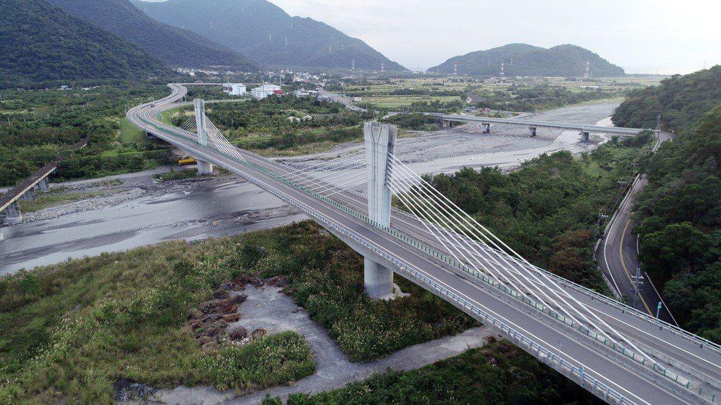蘇花改B段南澳北溪景觀橋(脊背橋)跨越南澳北溪。 記者杜建重/攝影