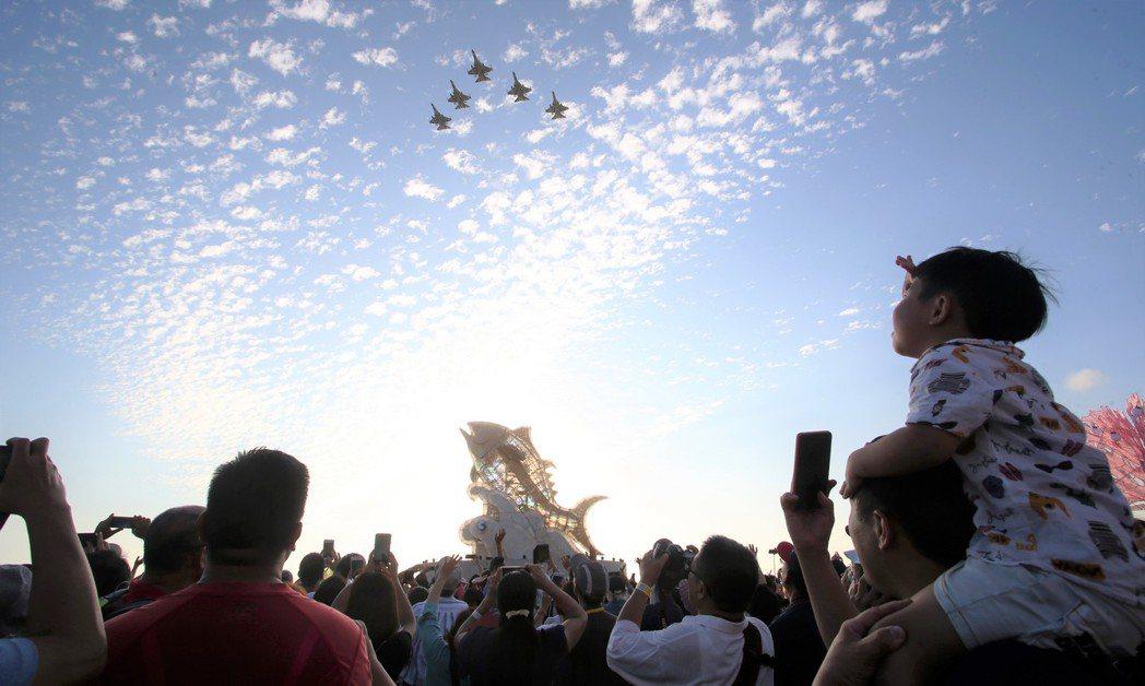 今年二月在屏東大鵬灣舉行的台灣燈會,就曾安排IDF戰機衝場,在夕陽餘暉之下,吸引...