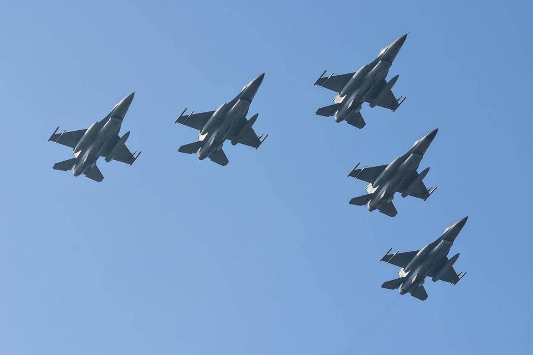 F-16戰機採大雁飛行衝場。圖/空軍嘉義基地提供