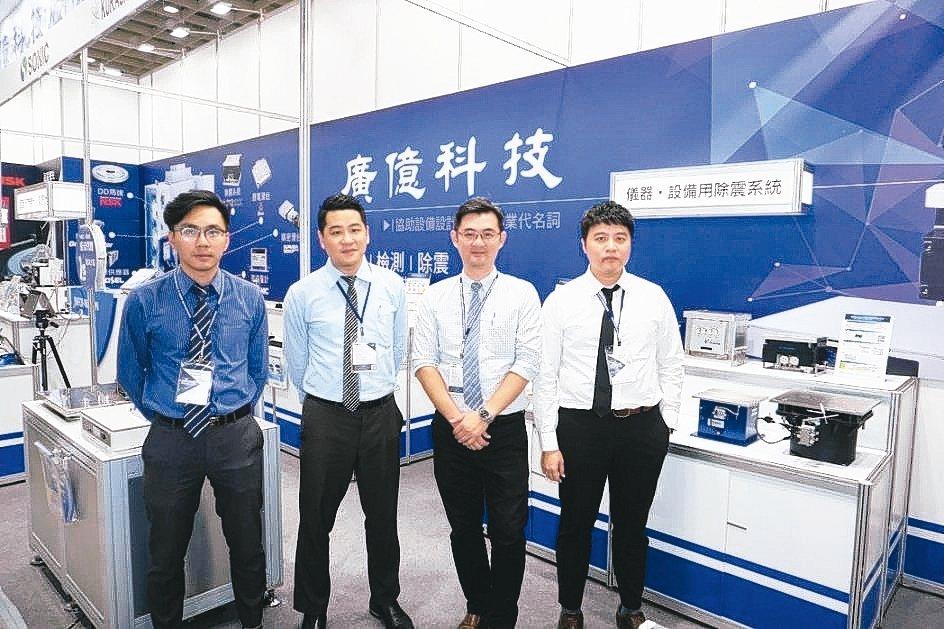 廣億科技經理江明哲(右二)與業務團隊合影。 金萊萊/攝影