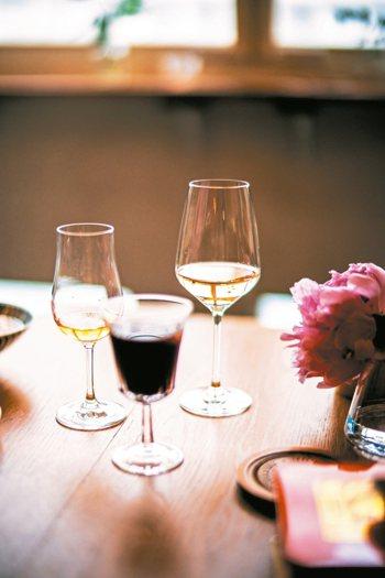 在家以餐配下酒菜,營造舒服生活。 圖/有鹿文化提供