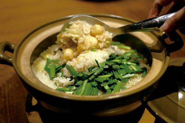 時蔬鄉村鹹飯以冬天的糯米,蒸熟、放涼一晚再陽曬一周,另外自家製臘腸。等到春天,這...