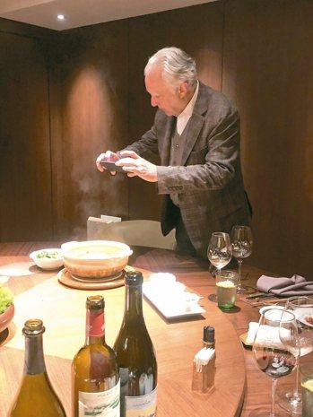 帶法菜教父Alain Ducasse吃新榮記,他對於各種台州菜式感到好奇款款拍照...