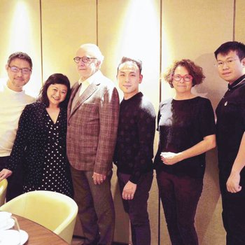 Alain Ducasse把與作者(左二)一行在新榮記晚飯的合照貼在他的IG上。...