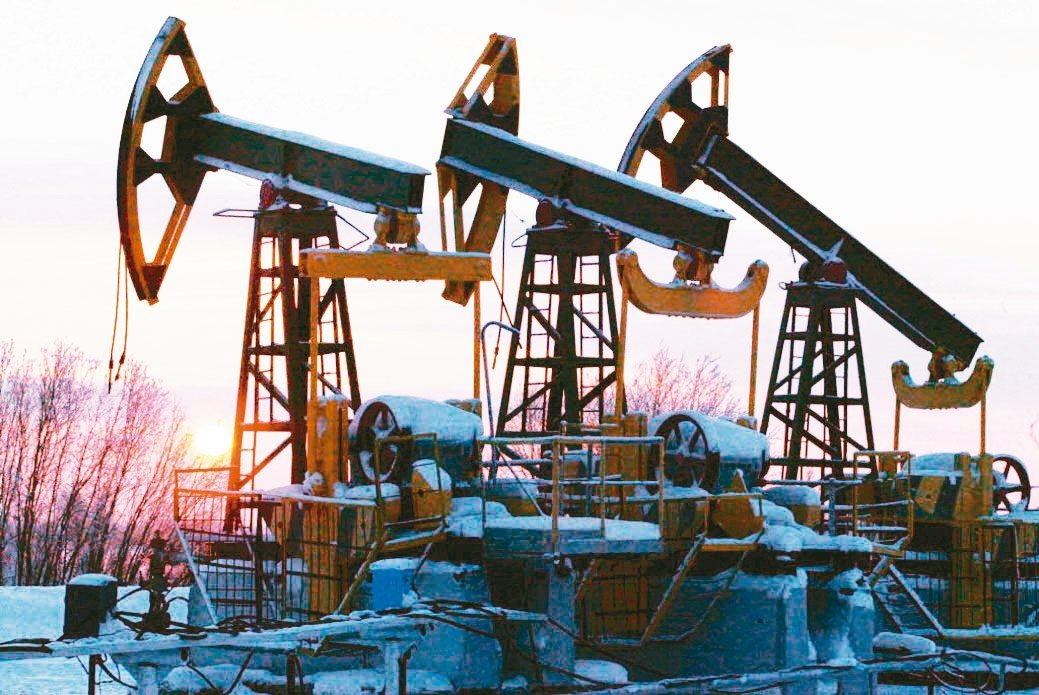油價震盪走高,可逢低布局相關商品。 彭博資訊