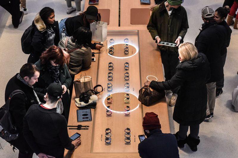 為了讓蘋果專賣店更像時尚潮牌展示廳,不體面的結帳隊伍、客訴業務,都被藏到幕後。 法新社
