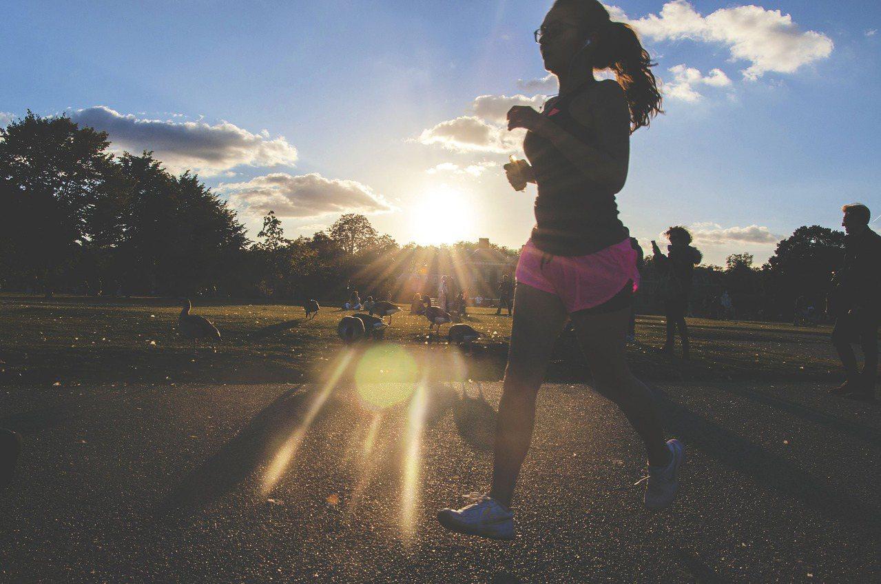 走路是減少鈣質流失以保骨本的運動形式之一。 圖/pixabay