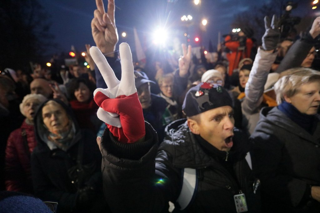 本月在波蘭首都華沙,示威民眾抗議當局的司法改革。 圖/路透社