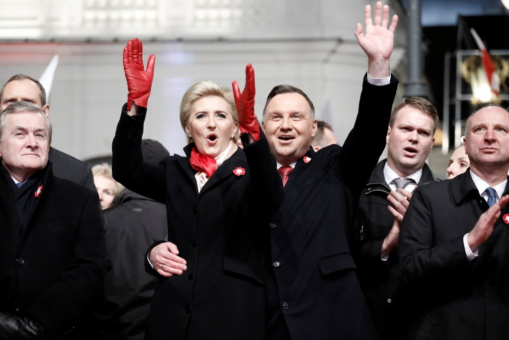 波蘭2017年通過「新法」,將最高法院的法官退休年齡下修至65歲,若要申請延任,總統握有最後裁量權。右為現任波蘭總統杜達(Andrzej Duda)。 圖/路透社
