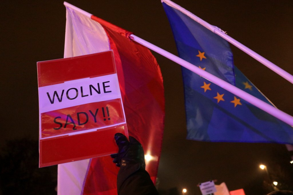 圖為波蘭民眾高舉「解放法庭」標語,抗議當局干預司法。 圖/路透社