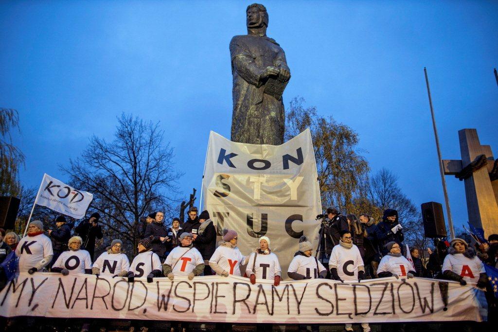 在波蘭中西部城市波茲南,民眾拉布條抗議挺法官。 圖/路透社