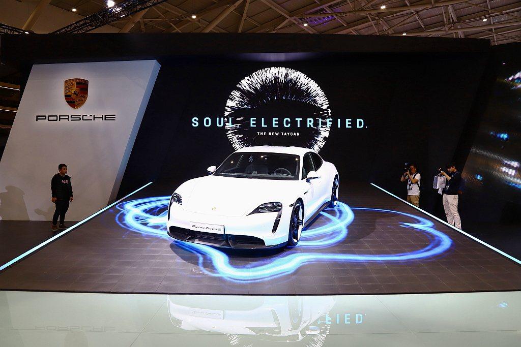 保時捷於2020世界新車大展首度亮相Taycan純電四門跑車。 記者張振群/攝影